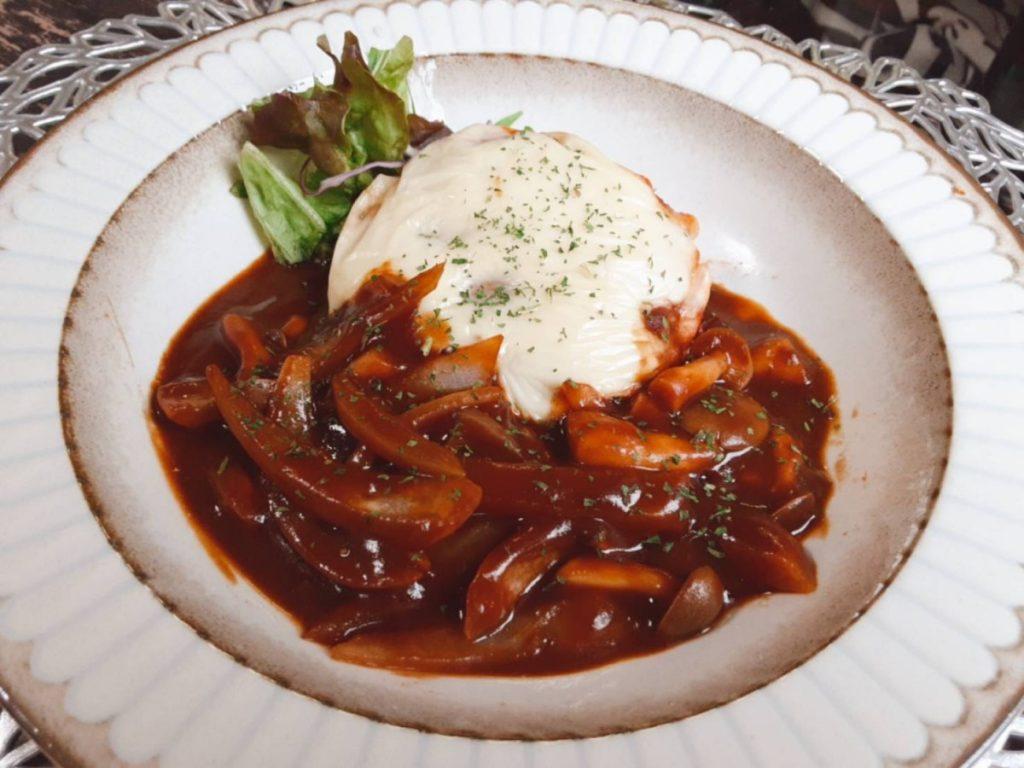 玉ねぎの煮込みハンバーグ(写真2)
